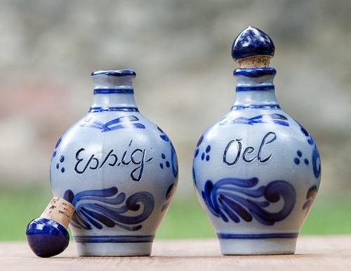Gegossene Essigflasche und Ölflasche mit Naturkorkstopfen