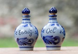Eine bauchige Essigflasche und Ölflasche mit 0,3 intern Inhalt und Naturkorkstopfen