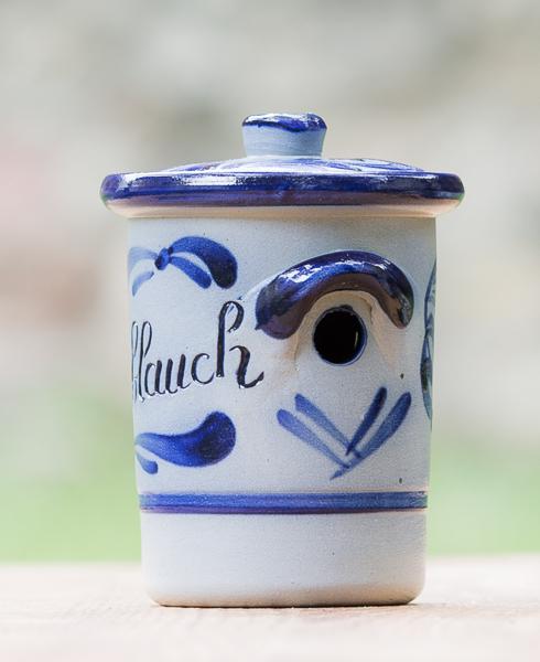 Konischer Knoblauchtopf mit angelegtem Henkel und Loch mit Deckel