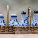 Menage mit Essigfläschchen, Ölfläschchen, Pfefferstreuer und Salzstreuer